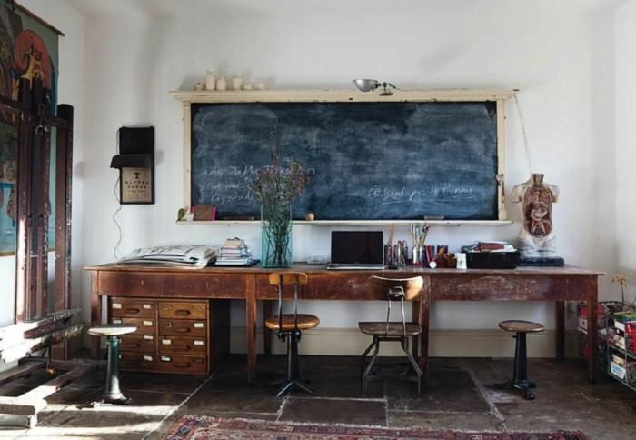 ideas de decoracion salon rustico con pizarra negra, escritorio de madera, paredes en blanco y suelo con baldosas