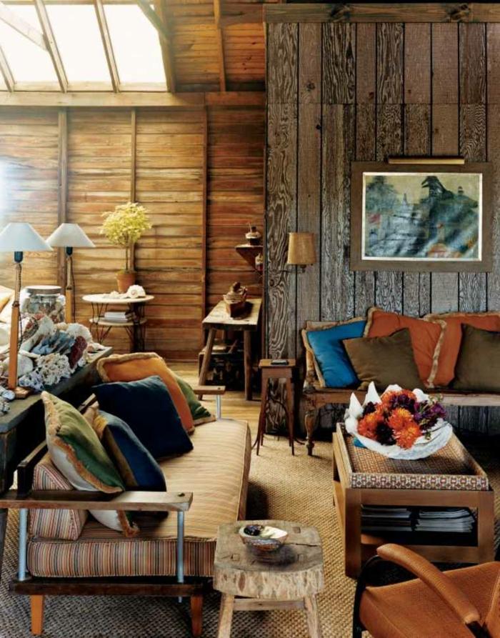 decoracion rustica con muebles vintage y muchos detalles decorativos, paredes de madera y suelo con moqueta
