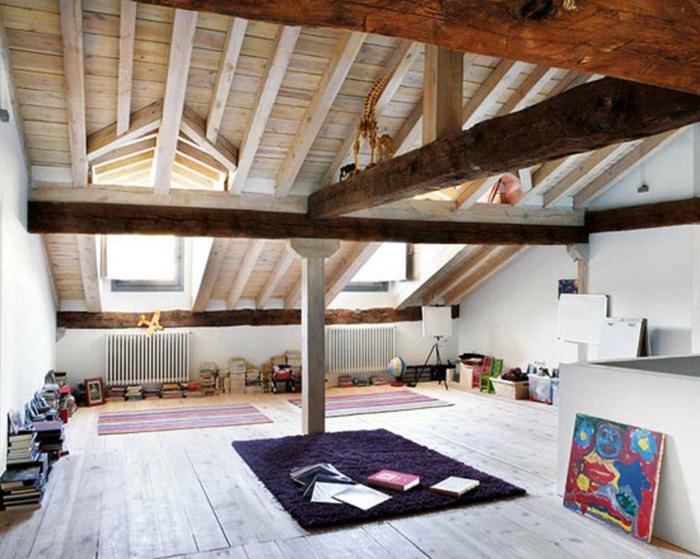 precioso espacio abuhardillado con decoracion rustica y pocos muebles, techo con vigas de madera