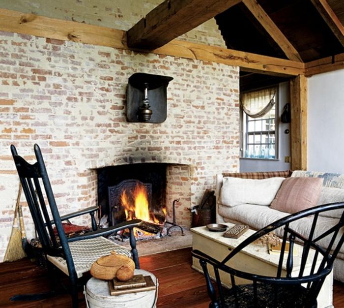 salon acogedor con paredes de ladrillo y vigas de madera en el techo, decoracion rustica con chimenea de leña