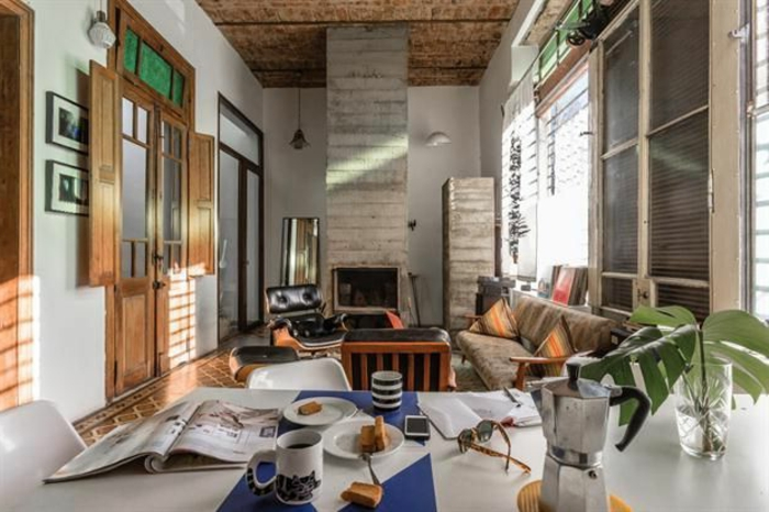 ejemplos de decoracion rustica en salones modernos de diseño encantador, grande salon alargado con chimenea de leña