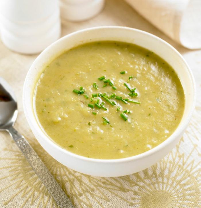ideas de sopas saludables para comer en verano, sopa de patatas con cebollín recetas faciles y economicas