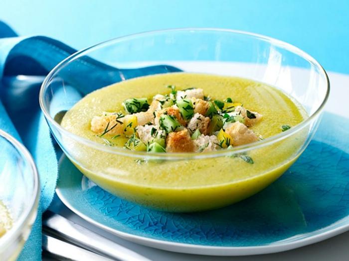 sopa de patatas y brócoli adornada de cebolla, trozos de pan tostado y eneno, recetas saludables y ricas