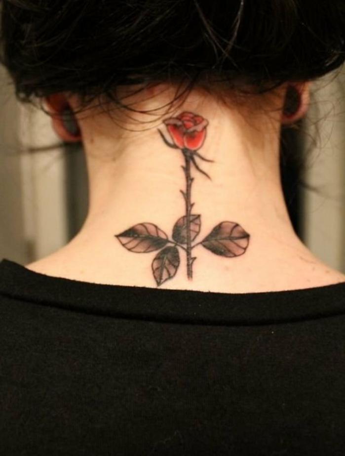 preciosa idea tatuajes minimalistas en la nuca, bonita rosa tatuada en la parte superior del cuello, tattoos elegantes mujer