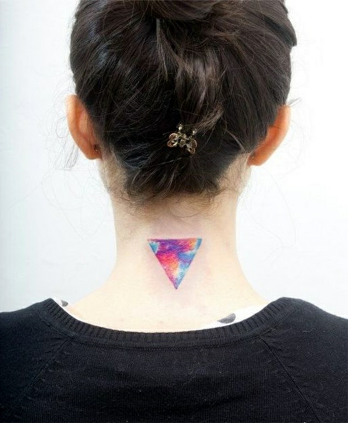 tendencias tatuajes 2018, tatuajes simbolicos con pintura acuarela, triangulo en colores dibujado al revés