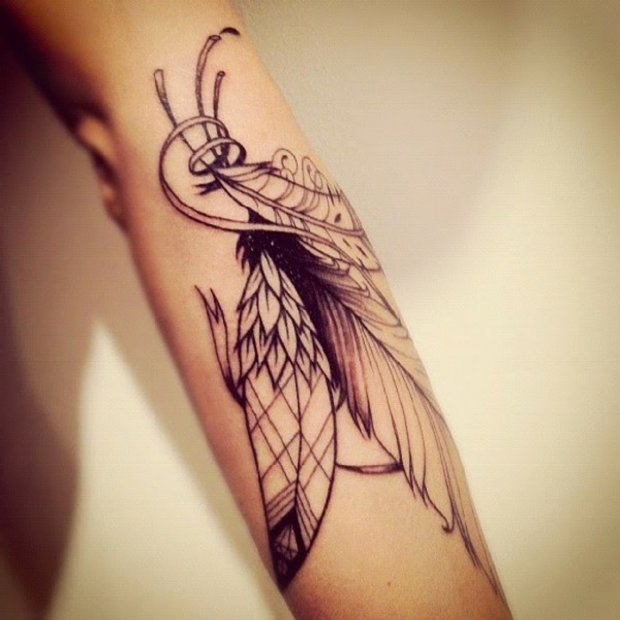 diseños originales y simbolicos de tatuajes en el brazo, grandes plumas de diseño diferente tatuadas en el brazo