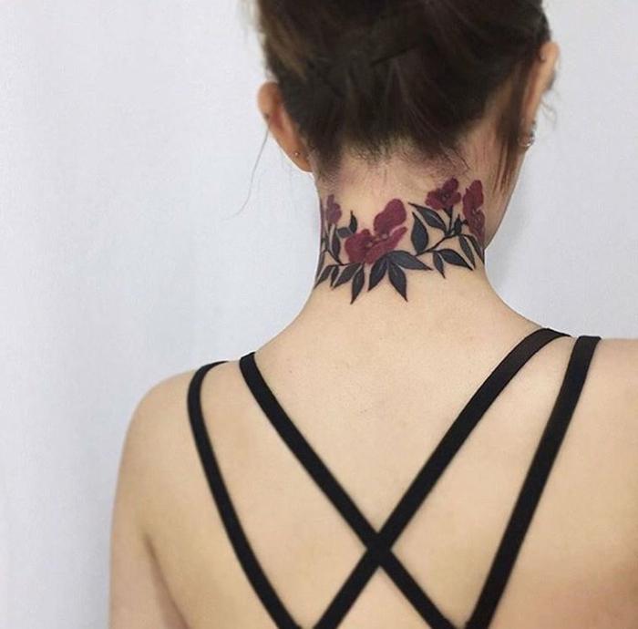 preciosa corona de flores en el cuello, tatuajes simbolicos mujeres 2018, ideas con elementos florales