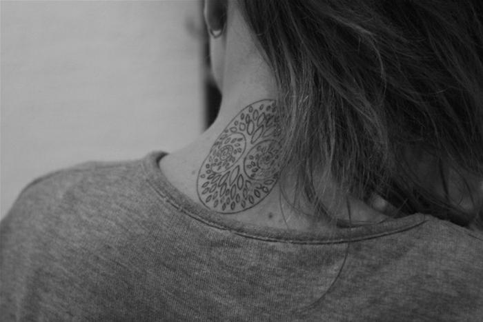 diseño original y delicado de tatuaje en la nuca para mujeres, diseños de tatuajes tendencias 2018