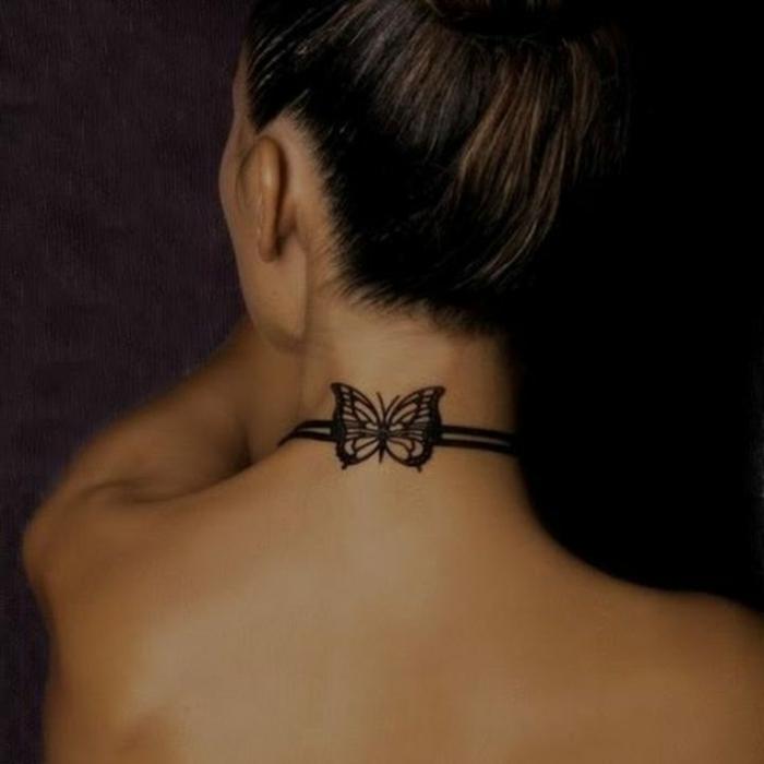 tatuajes simbolicos en la nuca, bonito tatuaje con mariposa en negro, ideas tatuajes mujeres 2018