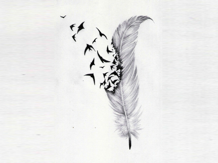 diseño muy simbólico y original, tatuaje pluma descomponiéndose con aves en pleno vuelo, tendencias tattoos 2018