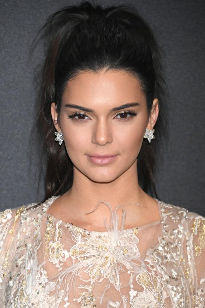 peinados con cola alta modernos, ejemplos de celebridades en la alfombra roja luciendo coletas, peinados con cola alta