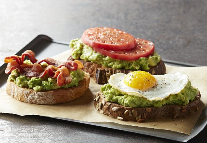 recetas faciles y sanas de desayunos saludables, tosatadas con pesto, huevos fritos, tomates y tocino, tres variantes de desayuno saludable