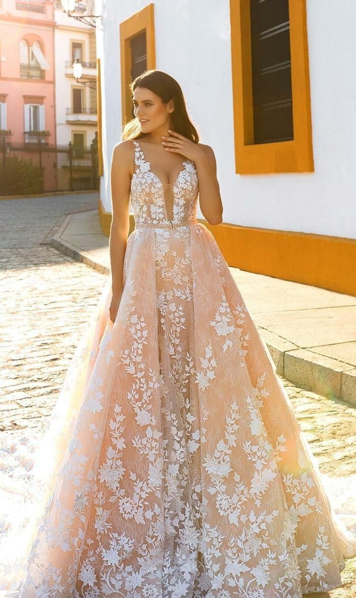 propuesta vestido novia romantico en rosado con apliques de flores en blanco, cintura alta y bonita parte superior con correas finas