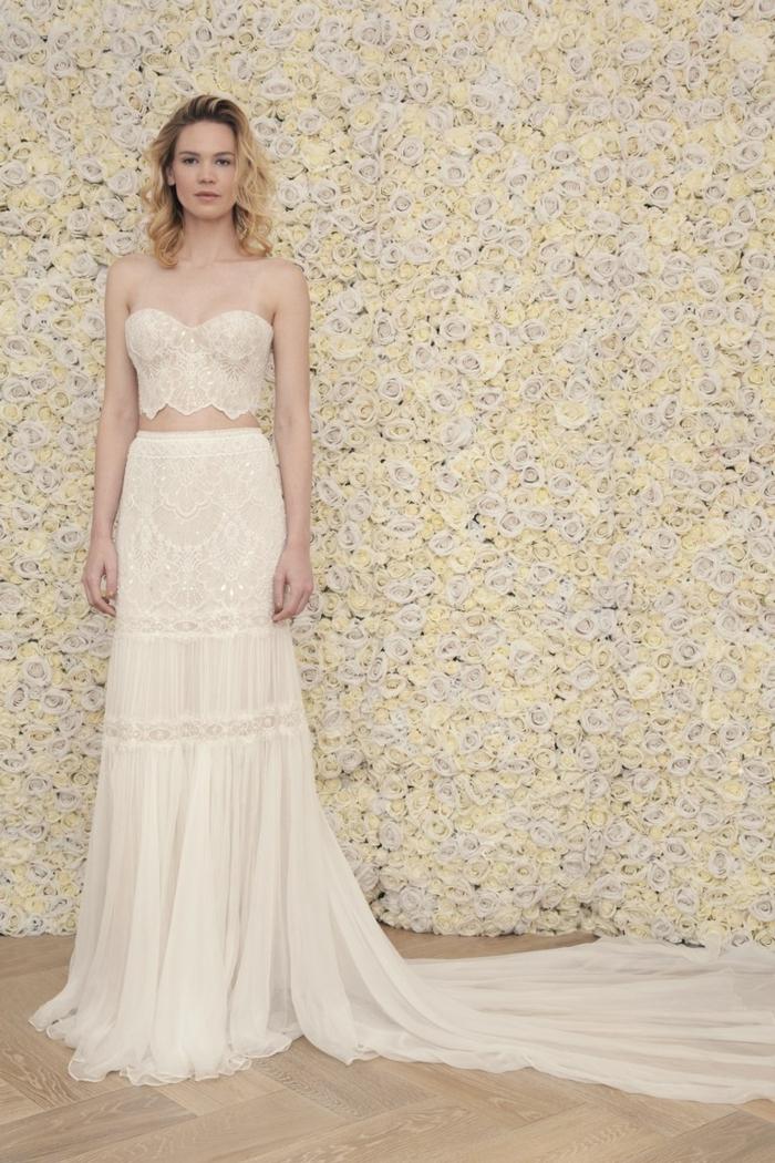 ideas vestido novia corto y largo, vestido en color marfil en dos piezas con falda ornamentada con larga cola