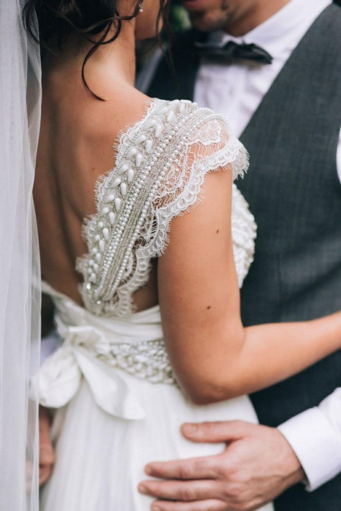 ideas vestido novia corto adornado de encaje, amplias correas con cuantas y encajes, vestido en blanco perla con grande moño en la cintura