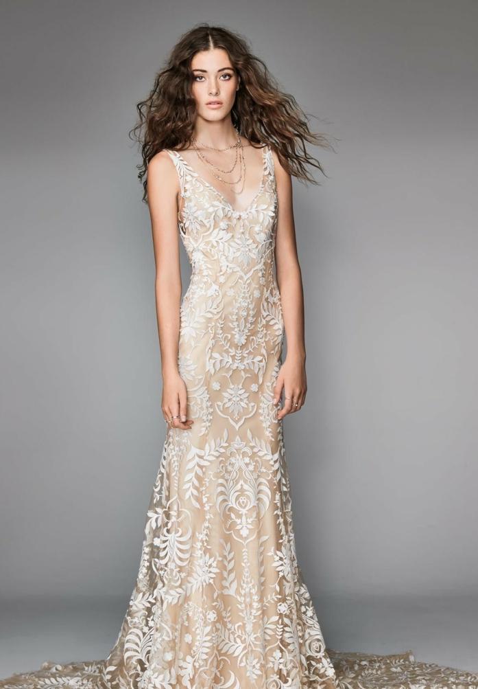 propuestas de trajes de novia baratos, vestido en color marfil con capa superior de tul con encaje y larga cola