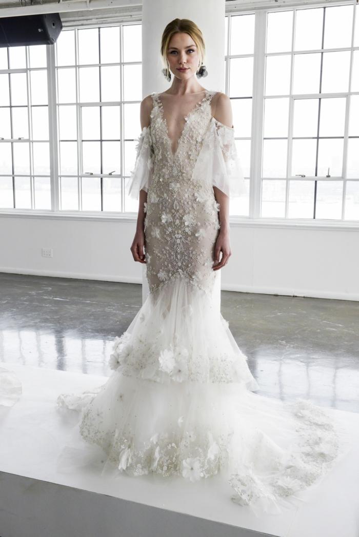 ejemplos de vestido novia informal y moderno, hombros fríos, mangas acampanadas y falda en capas con flores 3D