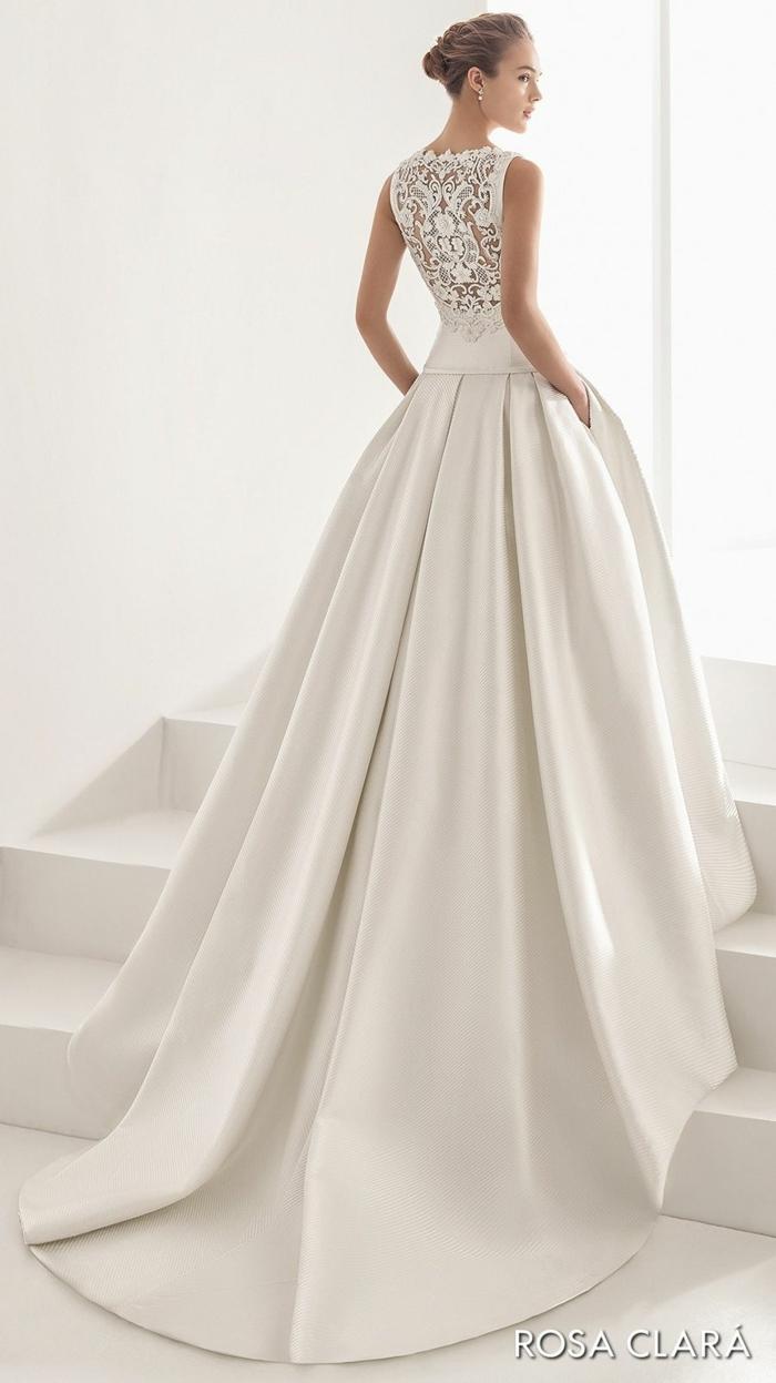 precioso vestido con falda de satén con larga cola y espalda de encaje, ideas de vestido novia informal, pelo recogido en moño alto