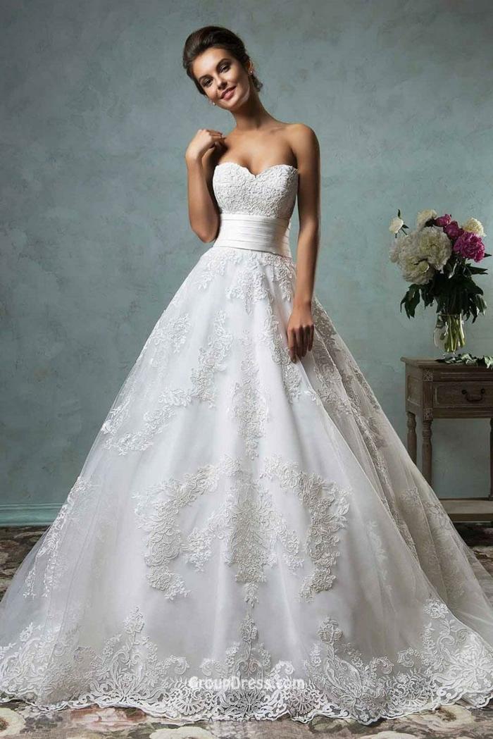 vestido tradicional de tela adornada de encaje y escote palabra de honor, ideas de vestidos de novia precios