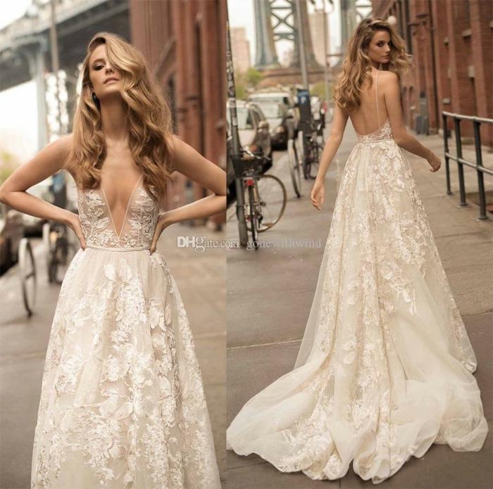 bonita propuesta en color marfil con escote atrevido y larga falda adornada de apliques de flores, ideas vestidos de novia precios