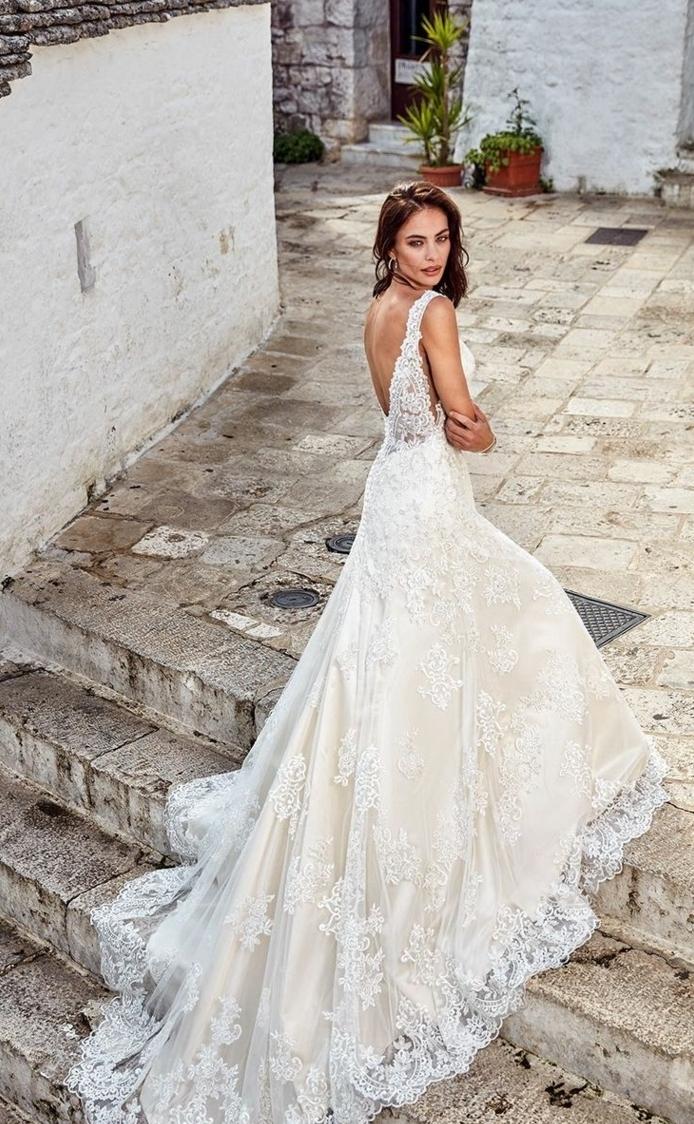 precioso vestido en marfil y blanco con larga cola de encaje y espalda descubierta, vestidos de novia precios bajos