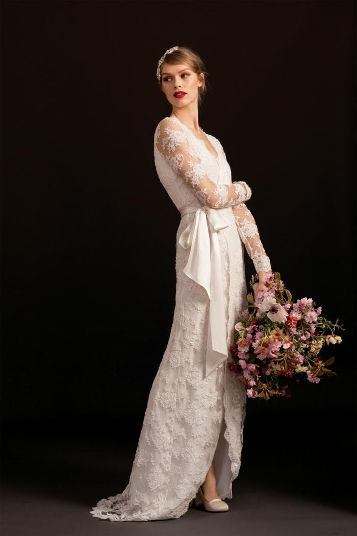propuesta inspirada en los años 20 del siglo pasado, vestido de encaje con grande moño en la cintura y tocado vintage en el pelo