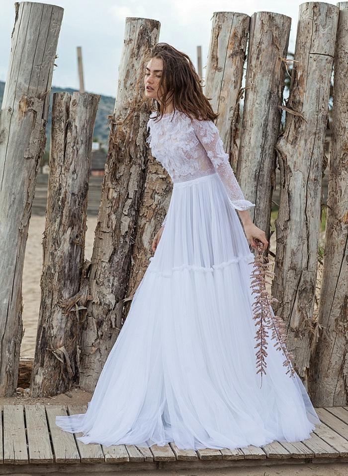 vestido de novia hippie con larga falda en capas color blanco nuclear, parte superior con apliques de flores 3D