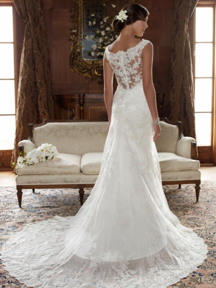 propuesta clásica corte recto, precioso vestido de encaje con espalda semidescubierta y pelo recogido en moño