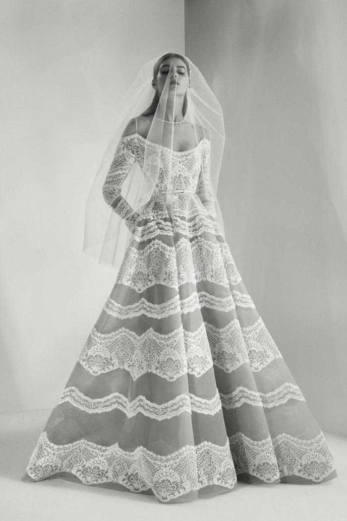 precioso diseño con hombros caidos, larga falda con detalles de encaje y grande velo, tendencias vestido de novia 2018