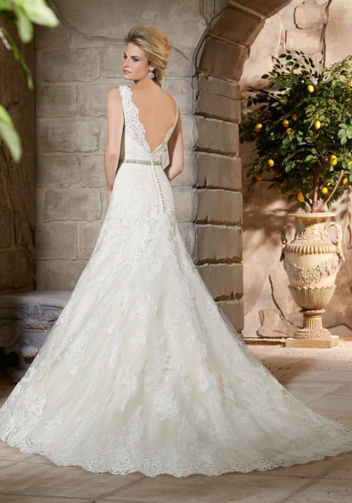 bonito vestido en blanco perla de corte imperio con espalda descubierta y encaje, diseños bonitos vestidos de novia precios
