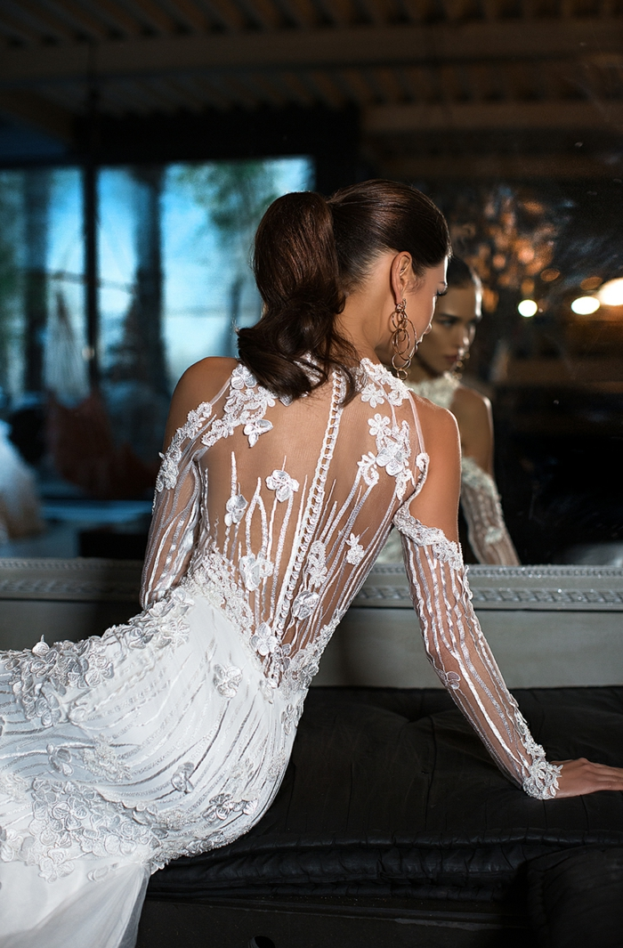 vestido con motivos de encaje y apliques de flores con espalda descubierta muy original, diseños de vestidos de novia princesa modernos