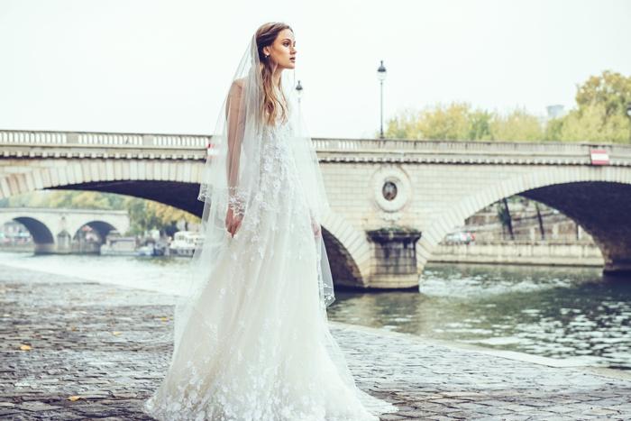 largo vestido con partes de encaje y velo de visillo, vestido novia informal tendencias 2018