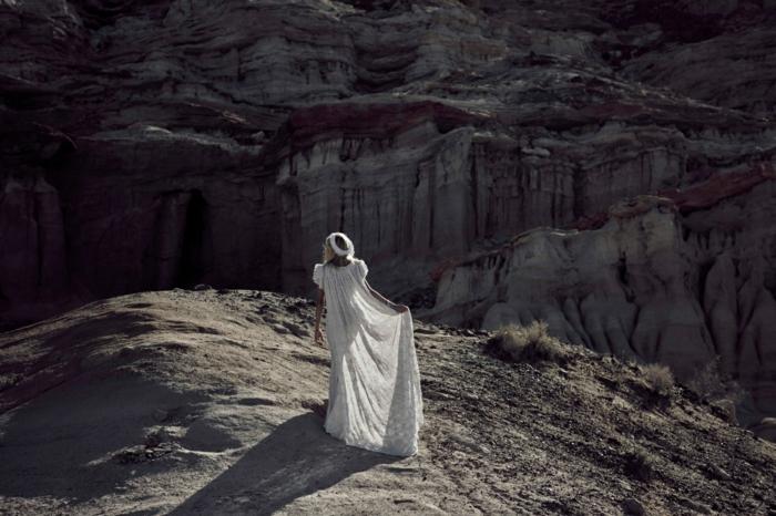 ejemplo de vestido novia informal en estilo hippie, largo vestido en blanco de encaje y corona de flores en blanco
