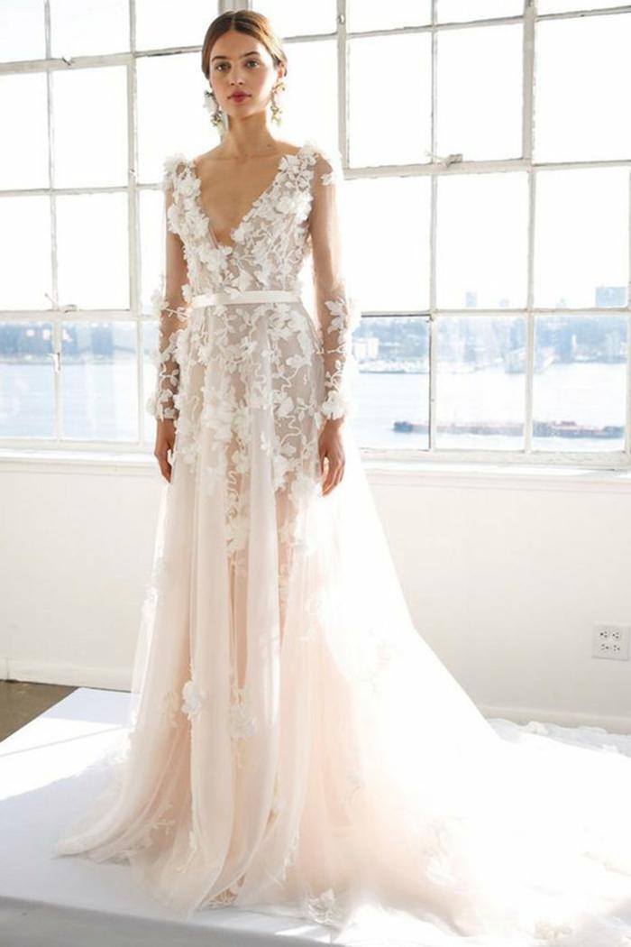 diseño de vestido novia informal con partes transparentes y apliques de flores tridimensionales, larga falda de tul en rosado
