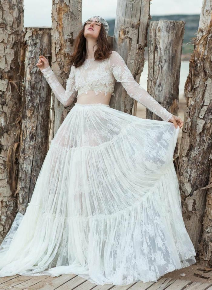 vestido novia informal en estilo bohemio, tocado en la cabeza, larga falda con efecto transparente y parte superior con mangas largas