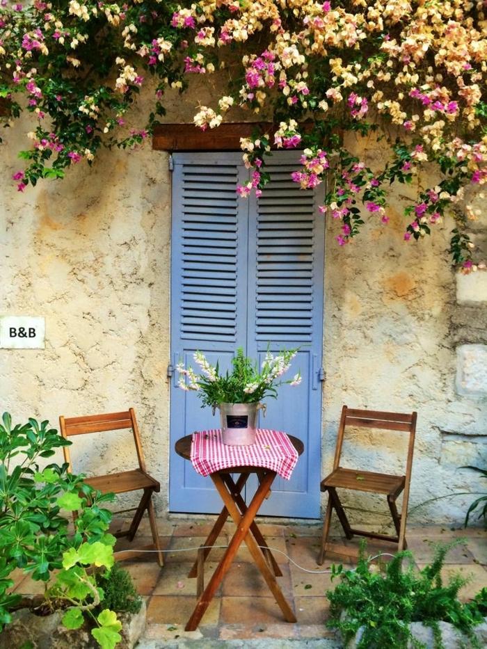 patios y jardines modernos decorados de manera encantadora, arbustos con rosas altos, pequeños muebles de madera