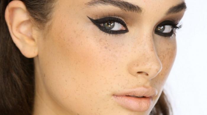 ideas y tutoriales sobre como maquillarse los ojos, mujer con ojos gato, delineador negro en gel y rimel en negro