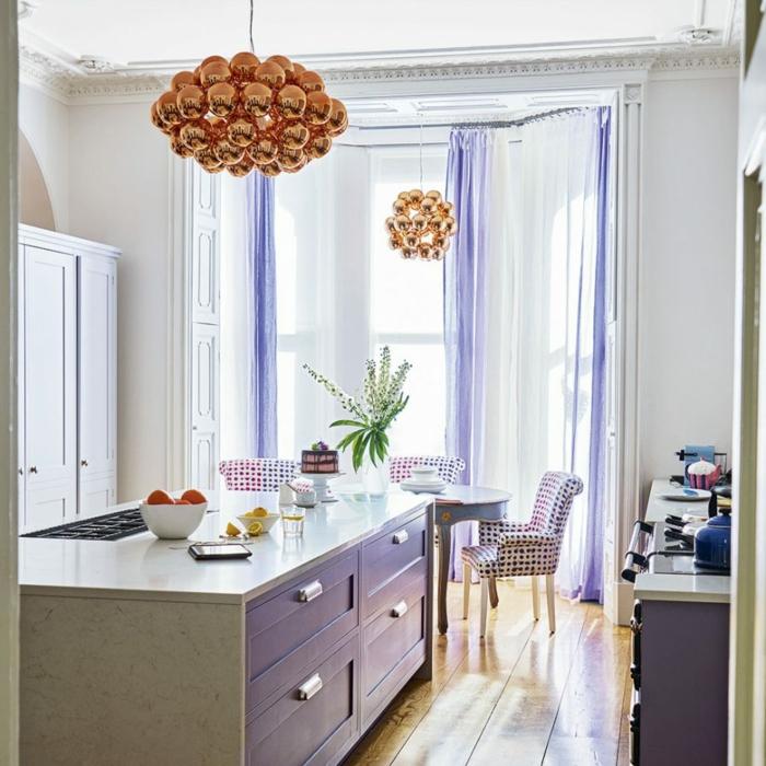 ideas de decoración moderna cocinas con isla, espacio decorado en tonos claros con acentos en lila y lamparas en cobrizo