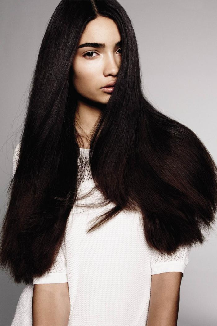 ideas cortes de pelo largo tendencias primavera verano 2018, cabellera muy larga en castaño oscuro, corte recto