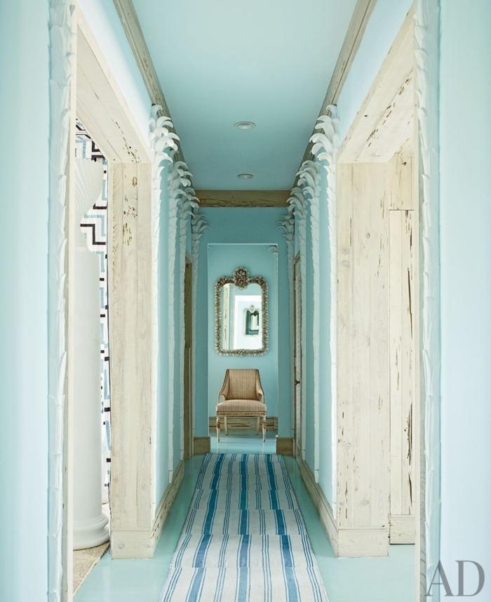 consejos e ideas sobre como decorar un pasillo largo en colores claros y frescos, pasillo en azul aguamarina y beige con espejo vintage dorado