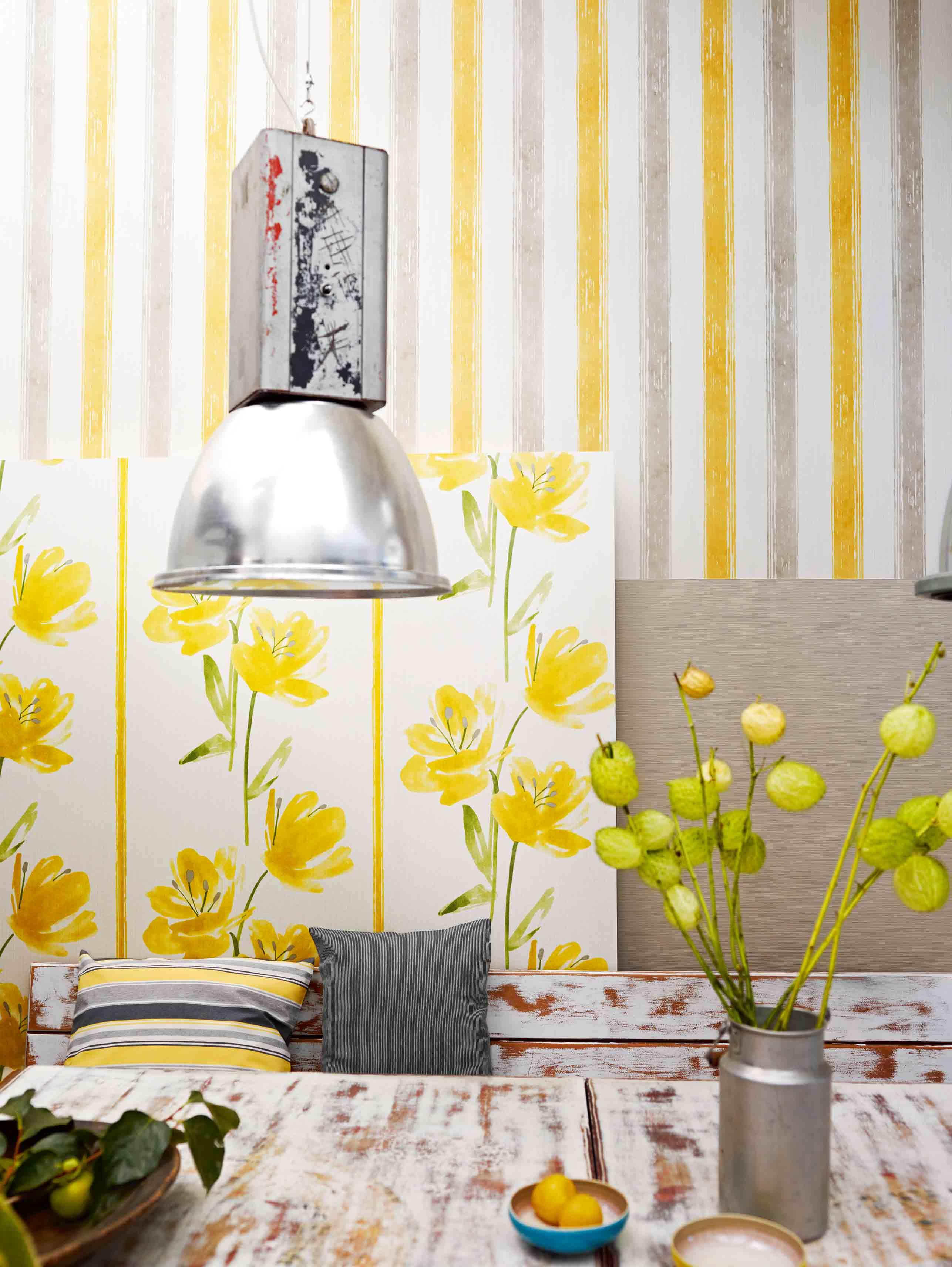 decoración fresca y original de un comedor decorado en estilo vintage, papel pintado rayas en amarillo, gris y blanco
