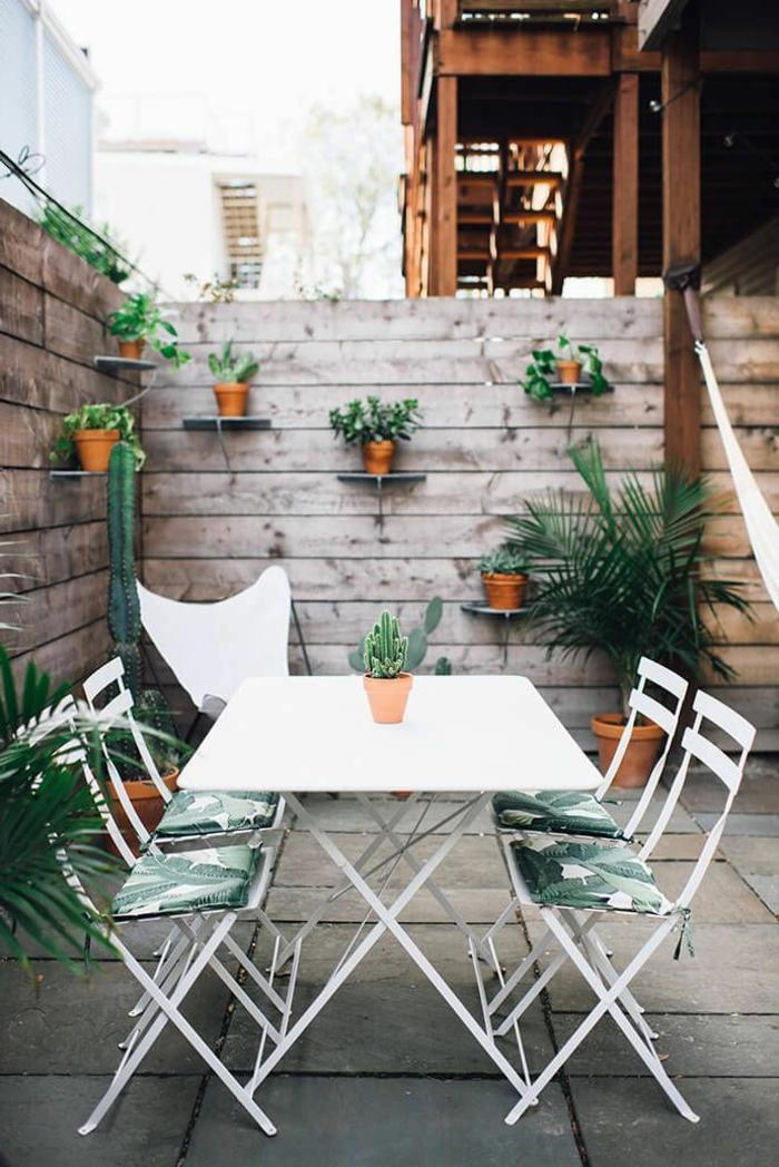 terrazas pequeñas con decoración de plantas verdes, estantes flotantes con pequeñas macetas