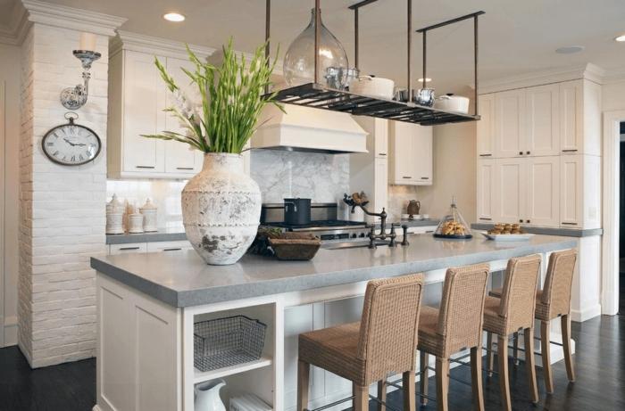 ideas de decoración de cocinas modernas blancas, larga isla con barra y sillas altas de mimbre