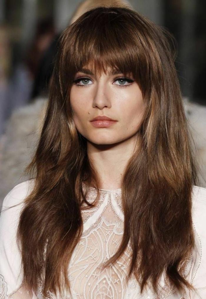 cortes de pelo largo цон flequillo, cabellera rubio oscuro mechones pelirrojos, flequillo asimétrico