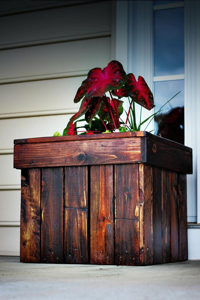 bonitos maceteros de palets hechos de madera, macetero DIY hecho de madera con plantas verdes