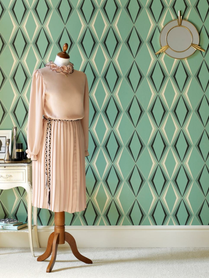 salón decorado en estilo vintage con paredes papel pintado verde, ideas sobre cómo decorar con papel pintado