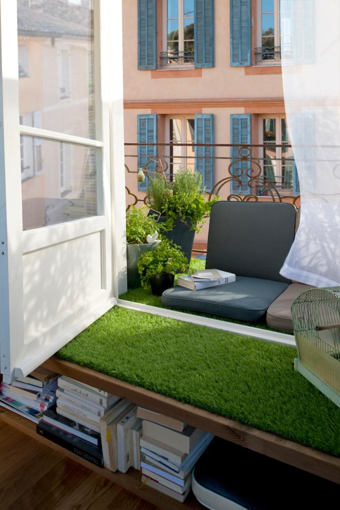 ideas originales para terrazas pequeñas, césped artificial, pequeño espacio decorado de manera encantadora según las últimas tendencias