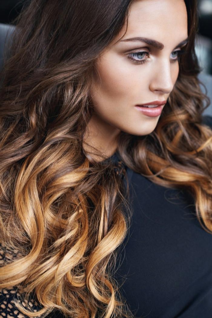 cortes de pelo largo mujer modernos 2018, pelo muy largo con balayage castaño con mechas en color caramelo