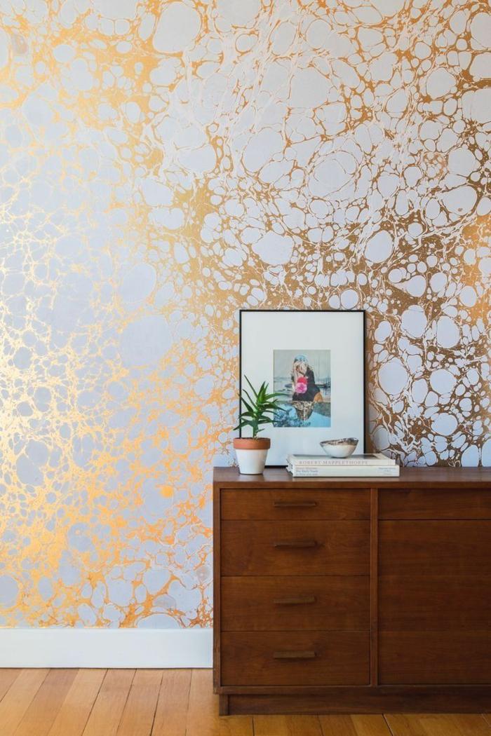 tendencias papel pintado 2018, salón con paredes en blanco y dorado, decorar con papel pintado reluciente