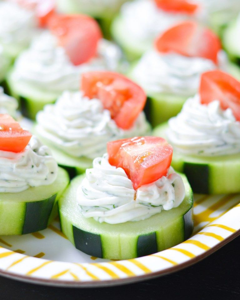 tapas faciles paso a paso, pepinos adornados de salsa de yogur con eneldo y tomates, entrantes ricos paso a paso